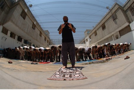 Muslim prayer in prison (file)