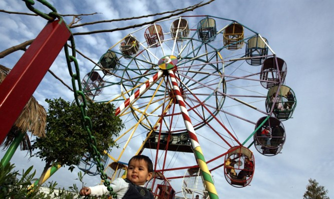 Toddler at a ferris wheel (Illustration)