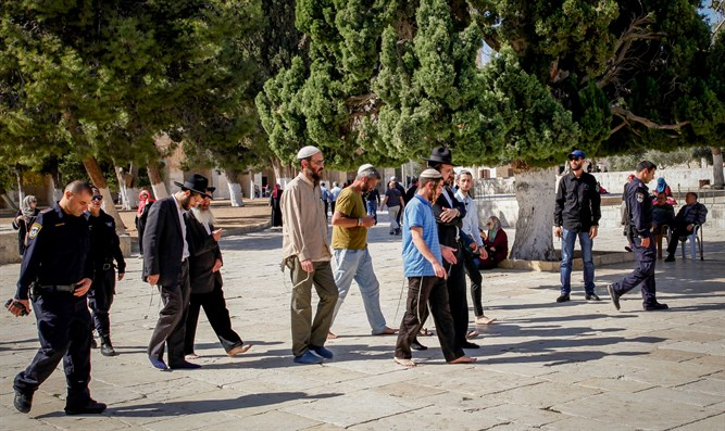 """Lest they pray""; police escort Jews on Temple Mount"