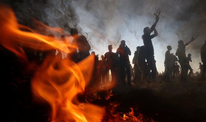 Gazans riot along border with Israel