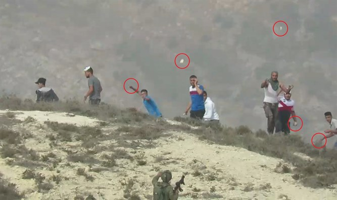 Arabs throw stones at IDF soldiers