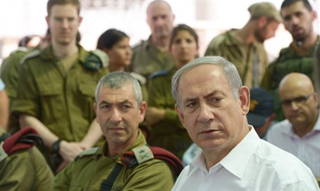 Netanyahu with IDF officers (file)