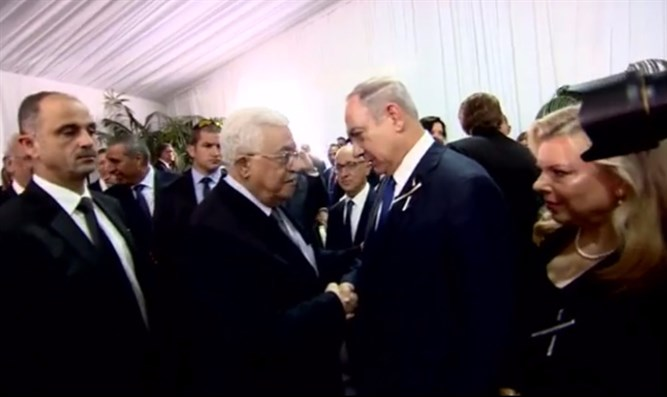 Netanyahu and Abbas shaking hands