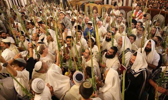 Thousands celebrate in Tomb of the Patriarchs in Hevron