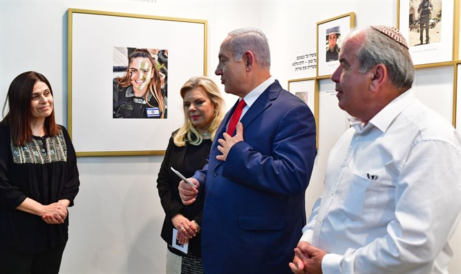 PM Netanyahu and his wife with parents of Hadas Malka