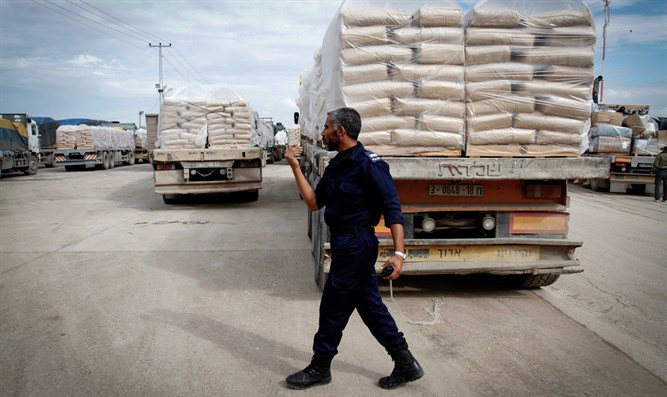 Cement arrives from Israel into Gaza (file)