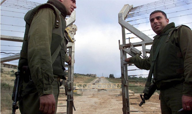 IDF soldiers close gate to Lebanon at end of withdrawal in May 2000